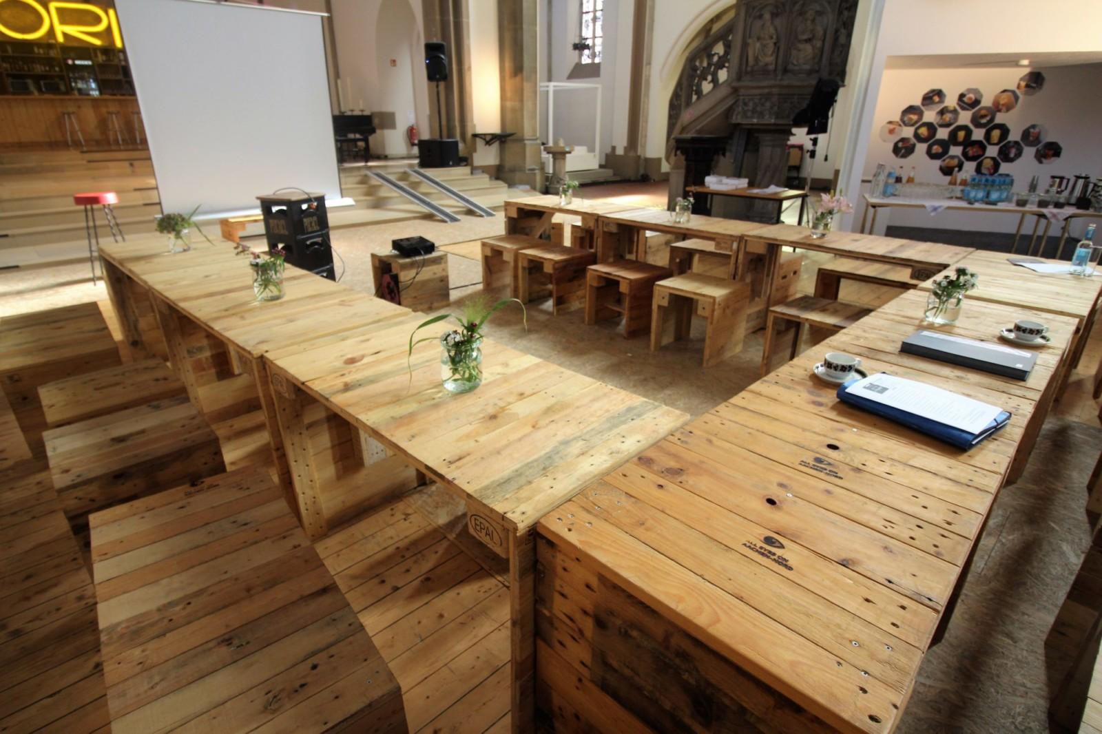 Tische und Bänke aus Paletten gebaut.