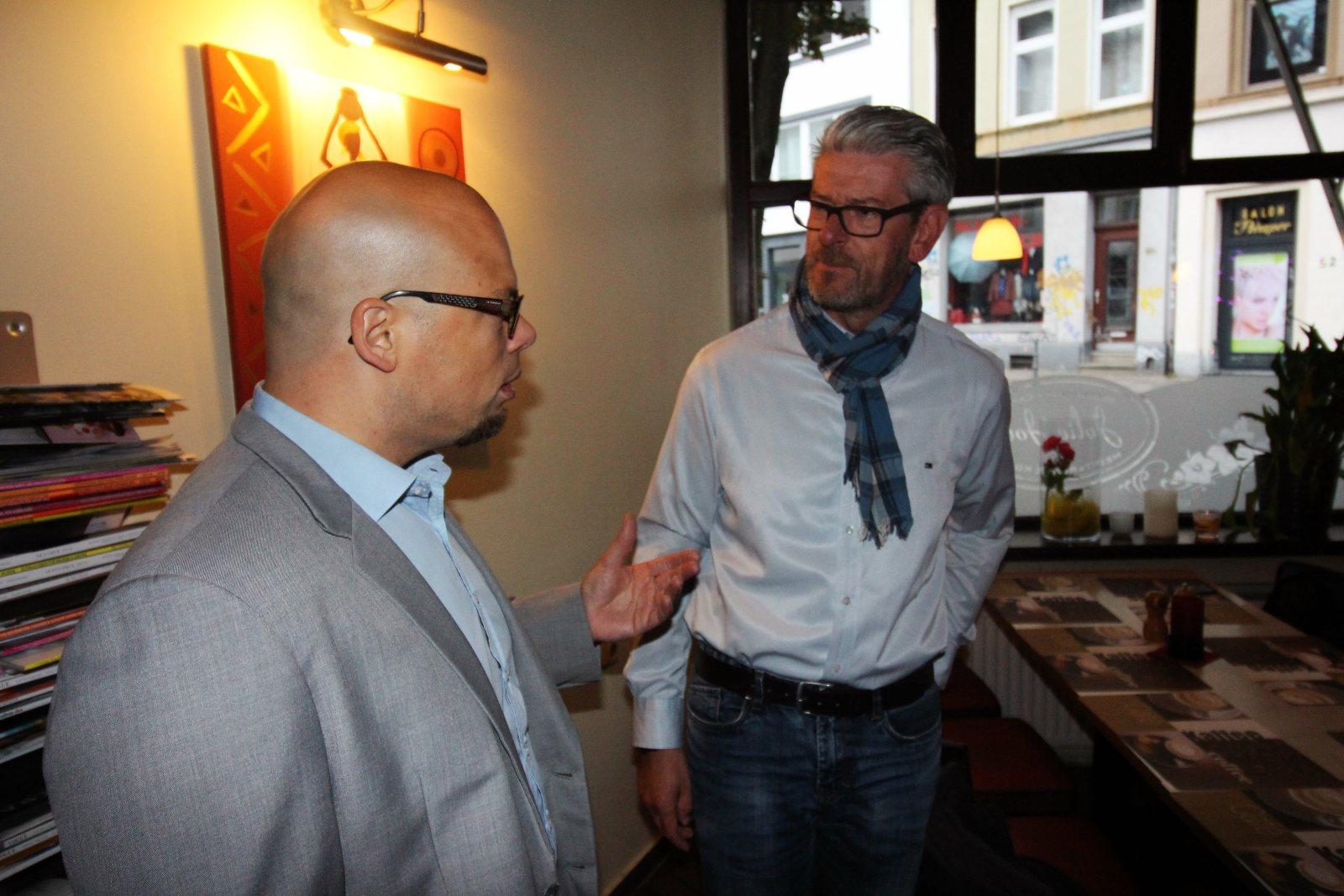 Michael Tack vom Food-at-Tack im angeregtem Plausch mit Bjorn Bos von Thinking Marketing.